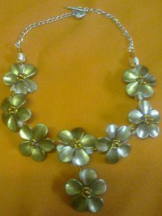 21c1aefef999 Collar floral. Flores de pétalos color bronce de acrílico y mostacillas.