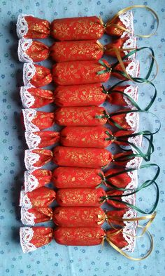 textil szaloncukor Christmas Candy, Christmas And New Year, Xmas, Textiles, Hungary, Gift Ideas, Vegetables, Crafts, Diy
