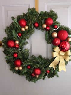 Wreath! I love them!! Christmas Flower Decorations, Christmas Ornament Wreath, Christmas Wreaths To Make, Holiday Wreaths, Christmas Holidays, Christmas Crafts, Creations, Wreath Ideas, Converse Shoes