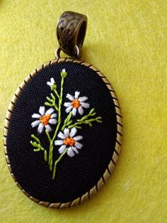Hand Embroidery Projects, Hand Embroidery Stitches, Embroidery Jewelry, Textile Jewelry, Ribbon Embroidery, Cross Stitch Embroidery, Embroidery Patterns, Palestinian Embroidery, Fabric Brooch