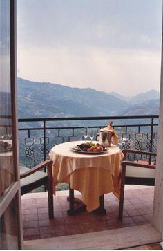 Jedes Zimmer mit Meeblick hat eine eigene Terrasse. Hochzeitstafel. Infos Hotel La Riana, Perinaldo, Liguria: +390184672371 Mans World, Italy, Patio, Outdoor Decor, Home Decor, Italia, Decoration Home, Room Decor, Home Interior Design