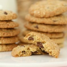 These Chocolate Chip Oat Cookies really are the best of both worlds (part ANZACS + part choc chip bikkie = one totally DELICIOUS cookie! Oat Cookies, Biscuit Cookies, Yummy Cookies, Lunch Box Recipes, Snack Recipes, Snacks, Quick Easy Desserts, Delicious Desserts, Sandwich Fillings
