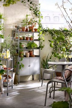 Whether you've got a little balcony or large garden, IKEA HINDÖ outdoor furniture will help you enjoy every inch of it. Adjustable shelves let you customize storage to fit your things and adjustable feet ensure HINDÖ furniture will stand steady no matter the terrain.