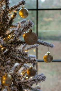 Christmas Tree Decorations - Gold & White #christmasdecor #christmastree #decorationideas