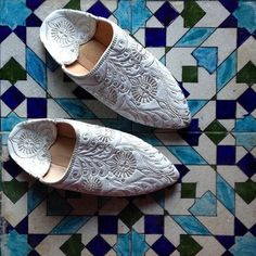 Hand embroidered Moroccan slippers on Moroccan Zellij tiling! #Moroccan #Fashion.