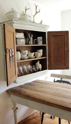 Mesa comedor blanca decapé y tapa en madera natural.