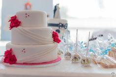 Sweet Table - salon de mariage Wedding Cake à trois étages décoré de roses en sucre ~ Cakepops ~ Cookies