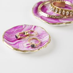 Put your childhood clay skills to use in a classy, grown up way! We give you all the materials you need to make two beautifully marbled jewelry trays with a gilded edge. Kit Includes: White Clay, Colo
