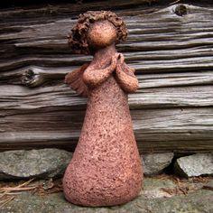 Andělka 1 Ručně modelovaný keramický anděl je vytvořen ze šamotové hlíny, glazován v odstínech hnědé a červené. Velikost 20cm.