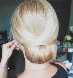 Kto jeszcze nie ma długiego weekendu? Mój zaczyna się w niedzielę  #fryzuraslubna #upiecie #fryzura #nawesele #blogowlosach #fryzjerka #wpracy #ilovemyjob #weddinghair #hairart #hairfashion #classicupdo #blonde #hair #hairstylist #hairstylistlife