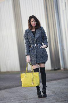 Look boyfriend, chaussettes hautes, sac jaune néon.  Look fashion blog France Paris