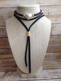 Collar rojo perla en forma de corazón gamuza de 5mm con capa de cuero. Granos enchapados en oro.  Para envíos internacionales agregue opción de envío: https://www.etsy.com/es/listing/496680732/enviamos-a-todo-el-mundo-envio?ref=shop_home_feat_1