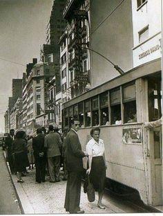 Refugio y tranvía en la Avenida Corrientes y Florida. Foto 1950
