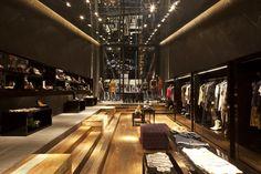 Construído pelo Basiches Arquitetos Associados na São Paulo, Brazil na data 2010. Imagens do Leonardo Finotti. A loja foi concebida como uma nova proposta de reformulação das lojas Triton, marca de moda jovem. Tratava-se de uma ...