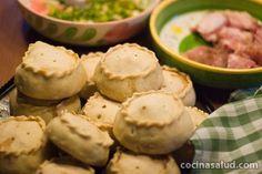 En Mallorca, durante la semana santa se hacen este tipo de empanadas de carne. Si vais a la web veréis un paso a paso con fotos. Están buenísimas!!  www.cocinasalud.com