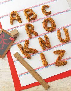 Brandteig-Masse mit Hackfleisch und Käse zu Buchstaben gespritzt.