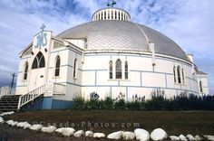Picture: Also known as the Igloo Church, Our Lady of Victory Roman Catholic Church, is situated in Inuvik in the Northwest Territories, Canada. Canada North, Western Canada, Beautiful Places To Visit, Places To See, Discover Canada, Northwest Territories, Castle House, Largest Countries, Place Of Worship