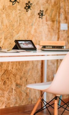 El OSB es un material crudo que se puede utilizar en interiores, deja que tu imaginación vuele y crea nuevos espacios.   www.madecentro.com