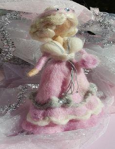 Ragazza che porta una rosa e bianco abito grigi nodi con piccoli strass. Un mazzo di Rose in mano. Capelli di seta e fascia per capelli con strass. Inviare in confezione regalo Needle Felted, Fairy Doors, Waldorf Dolls, Miniature Houses, Garden Ornaments, Felt Dolls, Wool Felt, Fiber Art, Fairy Tales