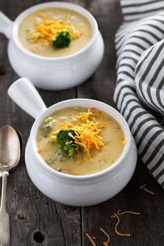 Creamy broccoli cheese soup - loaded with fresh broccoli and tastes just like panera breads! Broccoli Soup Recipes, Fall Soup Recipes, Cream Of Broccoli Soup, Broccoli Cheese Soup, Fresh Broccoli, Broccoli Cheddar, Chicken Broccoli, Cheddar Cheese, Brocoli Soup