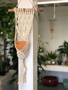 This simple but stylish plant hanger is the perfect decoration for any home. Macrame Plant Holder, Macrame Plant Hangers, Macrame Wall Hanging Patterns, Macrame Patterns, Macrame Owl, Macrame Knots, Wall Plant Hanger, Fleurs Diy, Macrame Curtain