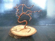 Δεντράκι χειροποίητο από σύρμα χαλκού σε κορμό δέντρου.  Οι διαστάσεις του δέντρου (Μαζί με την Βάση) είναι 12cm ύψος, 9cm πλάτος και η βάση του (κορμός) είναι 12cm