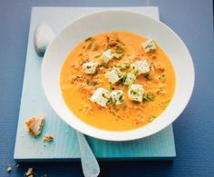 Paprika-Hack-Suppe mit Feta