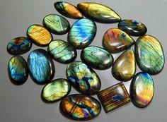 Лабрадорит, россыпь камней