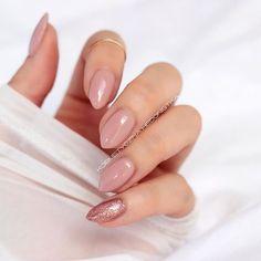 Semilac Creamy Muffin 136, a na małym Semilac Pink Gold 094 @ilovesemilac Często pytacie czy jest duża różnica między Creamy Muffin, a Frappe. Ten pierwszy jest bardziej różowy i ciemniejszy Frappe to coś delikatniejszego Moim zdaniem dwa idealne kolorki na ślub #nails #nail #nailswag #nailsdone #semilac #frappe #creamymuffin #manicure #mani #nailsofinstagram #instanails #polishgirl #glitter #pinkgold #nude #almondnails #nudepink #nailstagram #nails2inspire #hedonistkanails