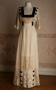Dress, dated 1909. Abiti-Antichi collection. More information: http://www.abitiantichi.it/collezione/coll1910-15.html