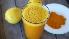 You have probably heard about lemon water and its many health benefits, but have you tried adding turmeric to it? Combining lukewarm lemon water and turmeric makes a powerful healing beverage Detox Tee, Turmeric Lemonade, Lemon Water In The Morning, Turmeric Detox, Turmeric Drink, Turmeric Water, Ground Turmeric, Turmeric Root, Healthy Drinks