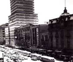 Cine Savoy junto a la torre latinoamericana
