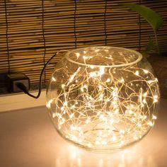 Les rubans lumineux de led jouent aux stars! On le voit sur tous les blog déco, et pour cause, ils sont capables de sublimer tous vos objets et de mettre en valeur toutes vos pièces. Ici un simple mini ruban lumineux de led dans un bocal en verre donne un résultat magnifique et captivant.