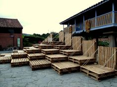 These stands, formed entirely of wooden pallets, were designed and carried … - Moda Pallet Furniture Bar, Urban Furniture, Lounge Design, Cafe Design, Temporary Architecture, Architecture Design, Brewery Design, Public Space Design, Church Stage Design