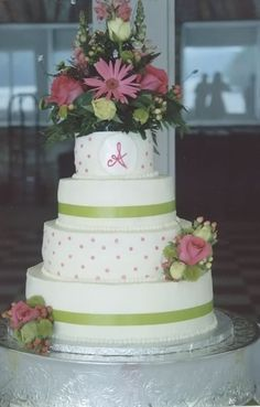 wedding cakes with r5eal flowers | Beautiful fresh flowers adorn this elegant wedding cake. The couple's ...