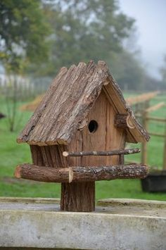 bird houses diy Raw hut for birds birdhouse Rustic Bird Feeders, Bird House Feeder, Diy Bird Feeder, Cool Bird Houses, Wooden Bird Houses, Homemade Bird Houses, Birdhouse Designs, Birdhouse Ideas, Unique Birdhouses