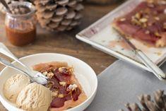 Zalig is deze stoofperen tarte tatin met gekarameliseerde amandelen en kaneelijs. Een heerlijk kerst nagerecht wat makkelijk te maken is // Francesca Kookt Couscous, Foodies, Waffles, Cereal, Oatmeal, Pudding, Dining, Breakfast, Desserts