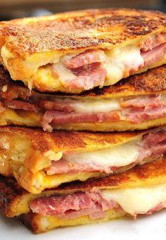 K snídani, na oběd nebo na večeři. Jednoduchý sendvič se šunkou a sýrem.