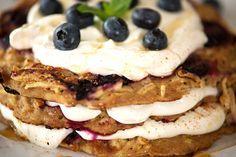 Protein Pancakes-Torte mit Blaubeeren
