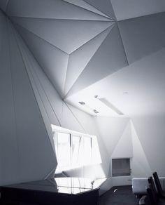Monaco House / McBride Charles Ryan  Mooie lichtinval, verschillende vormen gebruikt, driehoeken, strakke lijnen en vierkant, en een heel hoog plafon