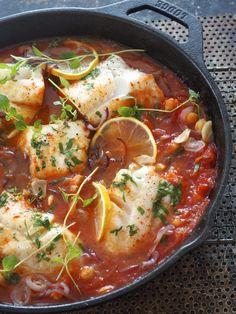 Lettvint torsk med kikerter i tomatsaus - Mat På Bordet