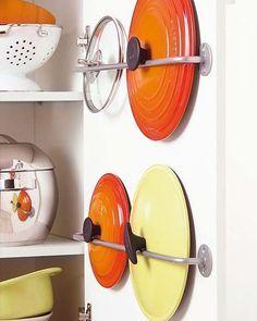 Ideas para organizar y almacenar en la cocina Clever Kitchen Storage, Kitchen Organisation, Home Office Organization, Organized Kitchen, Smart Kitchen, Kitchen Gifts, Kitchen Decor, Kitchen Design, Cuisines Diy