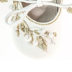VIBYS rococo inspired baby shoes from white leather. Hand sewn leather leaves and white pearls #vibys #rococo #babyshoes
