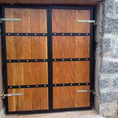 Front Gate Design, House Gate Design, Door Gate Design, Wooden Door Design, Wooden Doors, Wooden Garden Gate, Metal Garden Gates, Backyard Door, Hanging Sliding Doors