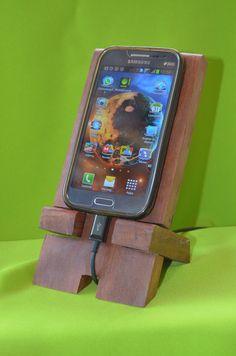 Suporte de madeira para celular SMC00001 Aeté Artesanato em paraju, roxinho ou pinus reciclado de pallets, com acabemento em cera ou verniz.