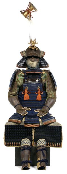 Nimai Tachi Do Tosei Gusoku. Mid Edo Period, 18th century sixty-two-plate suji bachi kabuto of zenshozan form rising up slightly at the front, the centre plate overlaid with an iron shinodare mounted with a six stage tehen kanamono in shakudo with a matching kasa jirushi no kan, on the front a large gilt wooden dragon maedate