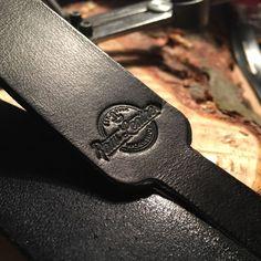 Leather camera strap  Personalizacja (tłoczenie nazwy) – Raw Leather