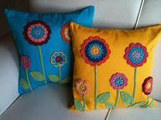 Almofadas de crochê com flores com caule