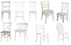 enorme houten tafel met verschillende witte stoelen er aan more witte ...