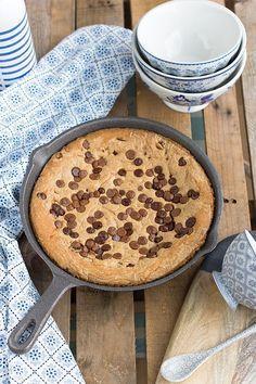 Una deliciosa galleta cookie en sartén con muy pocos ingredientes y en tan solo 30 minutos.Sorprende a tu familia con esta delicia de receta.